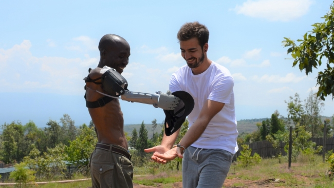 Ayúdame3D envia més de 30 braços impresos en 3D a Mali, el Senegal i el Líban